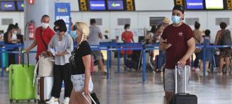 El aeropuerto recibe a 40.000 turistas durante la primera operación salida